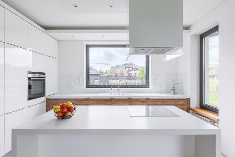 Vitt kök med ön royaltyfria foton