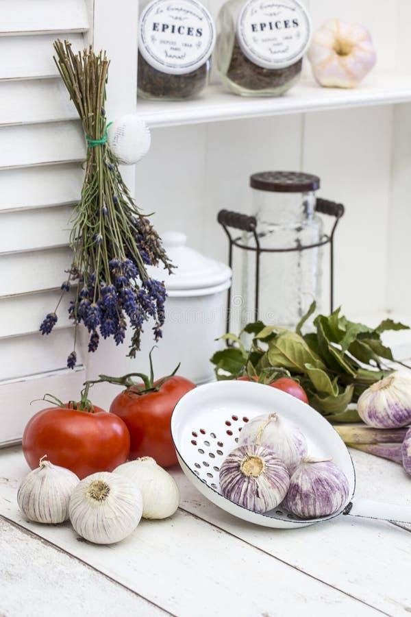 Vitt kök med medelhavs- kokkonstingredienser arkivbilder