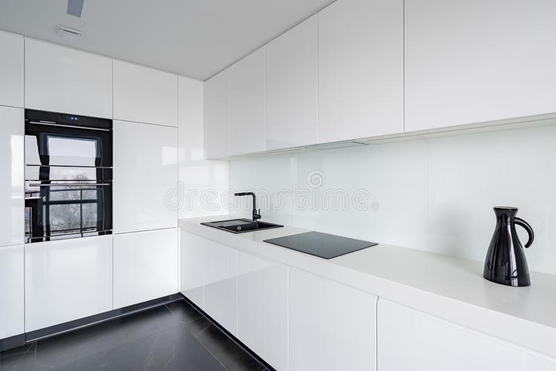 Vitt kök med stengolvet arkivfoto