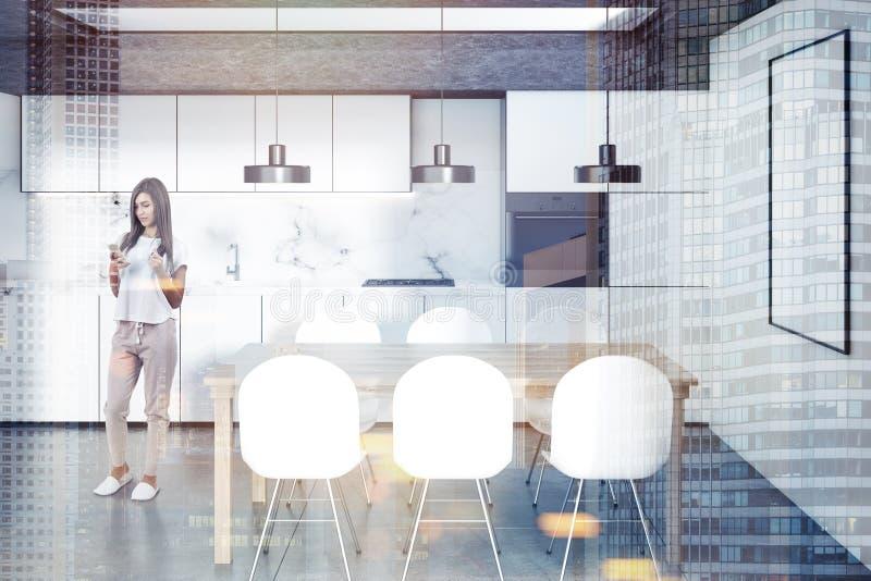 Vitt kök, trätabell, affisch, kvinna royaltyfria bilder