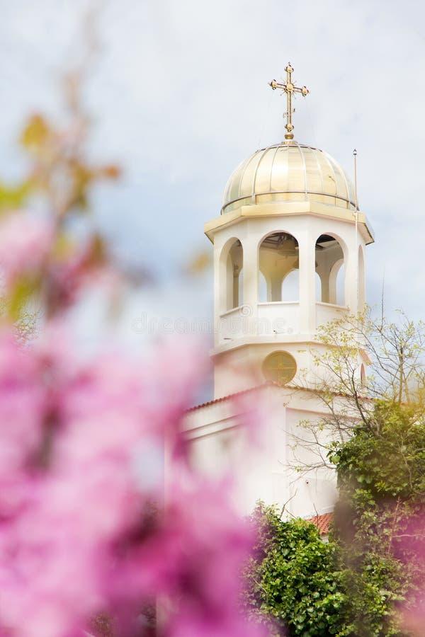 Vitt kupolkors för kristen kyrka royaltyfri bild