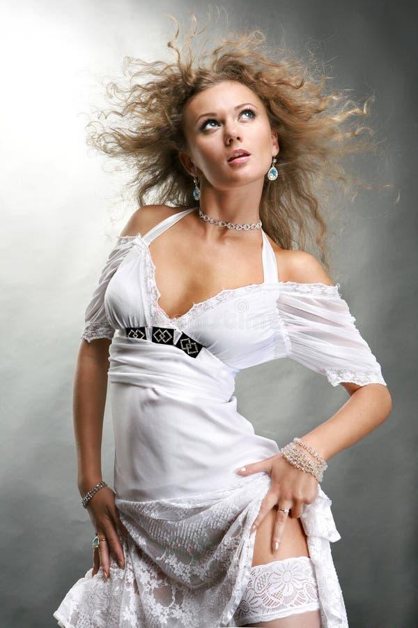 vitt kvinnabarn för härlig klänning royaltyfri bild