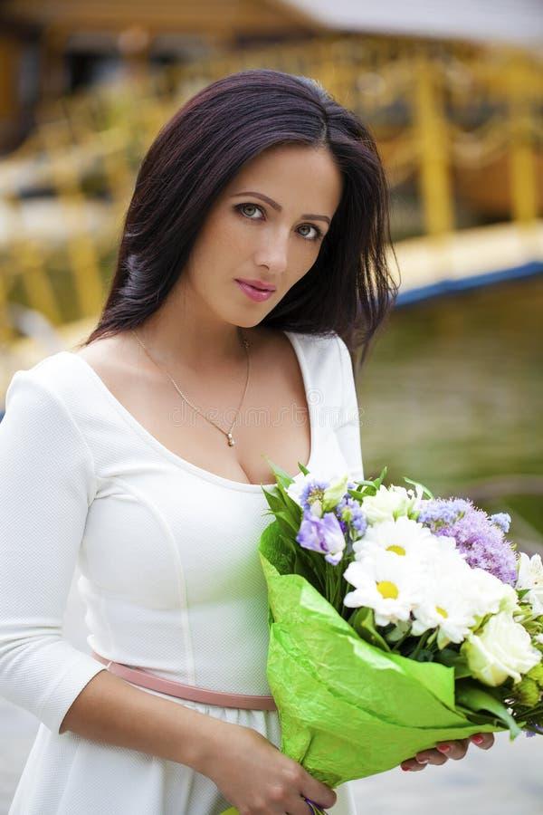 vitt kvinnabarn för härlig klänning royaltyfri fotografi