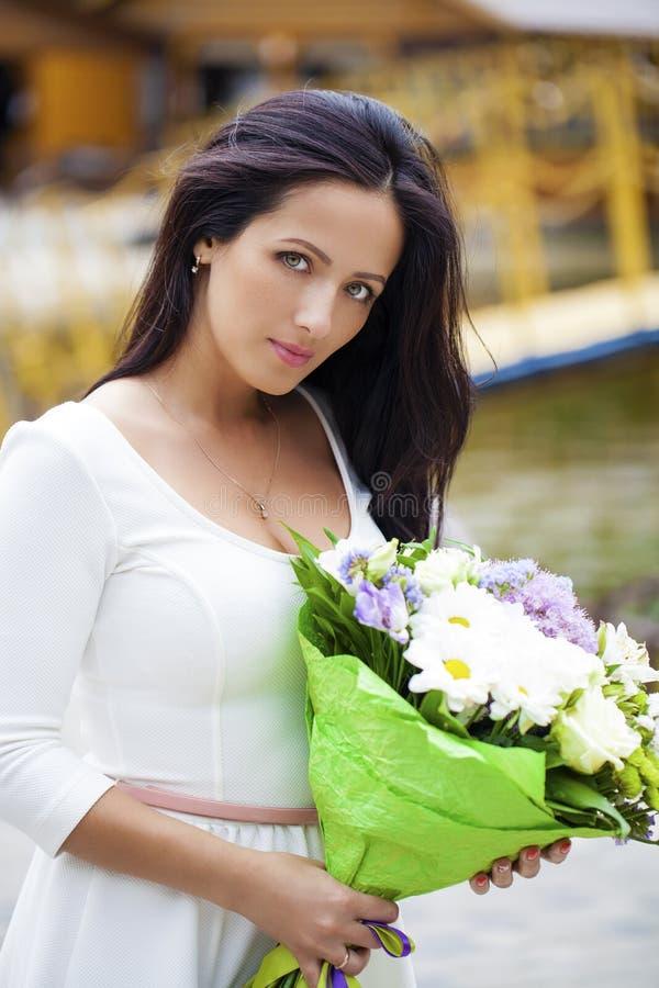 vitt kvinnabarn för härlig klänning arkivfoto