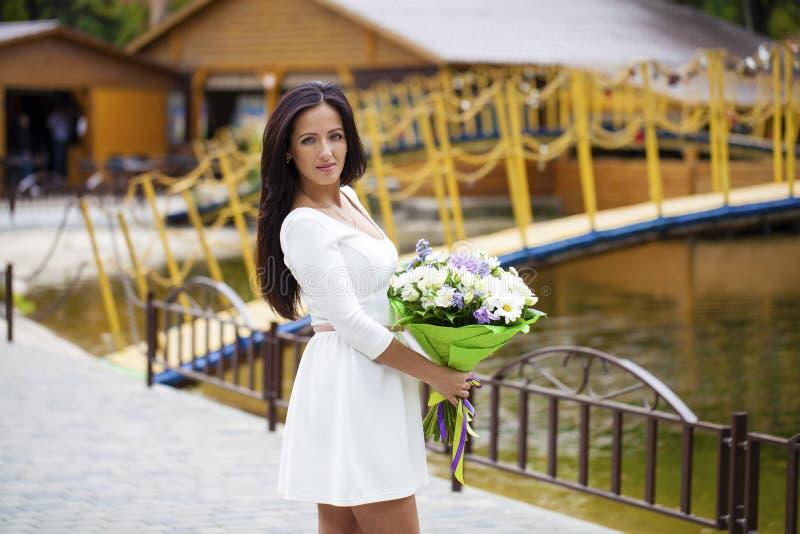 vitt kvinnabarn för härlig klänning arkivfoton