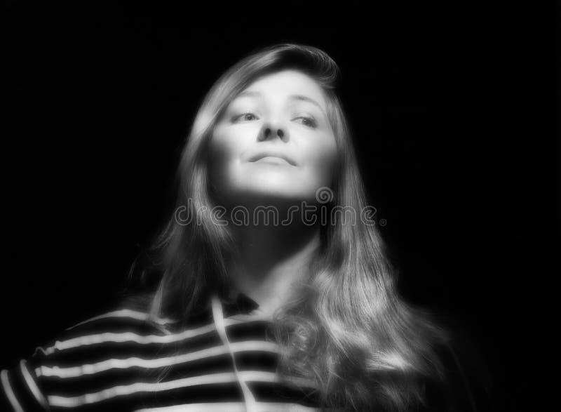 vitt kvinnabarn för svart stående arkivfoto