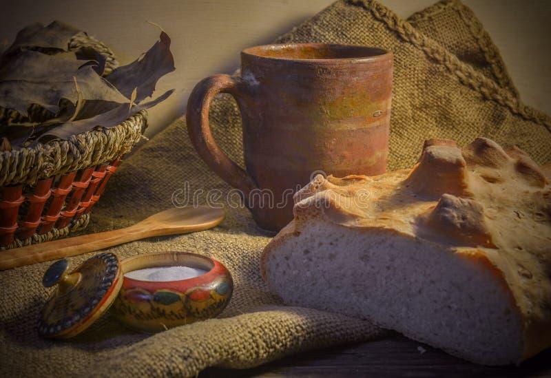 Vitt lantligt bröd på en trätabell arkivfoto