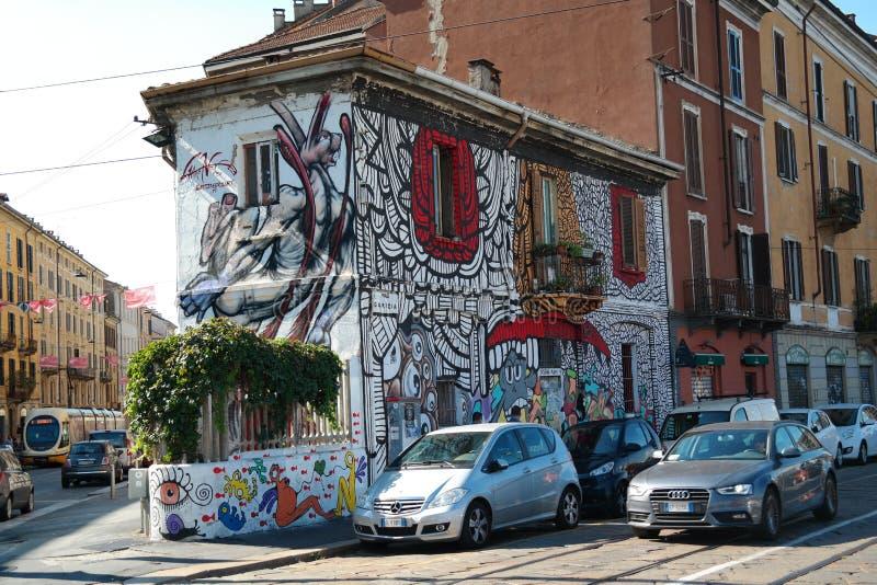 Vitt litet hus mycket av grafittimålningar arkivfoto