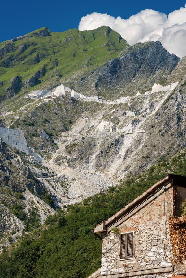 Vitt marmorvillebråd av Carrara - Colonnata Apuan fjällängar arkivfoton
