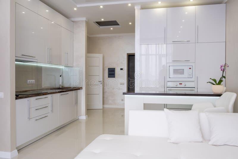 Vitt modernt k?k i ett hus med en h?rlig design royaltyfri foto