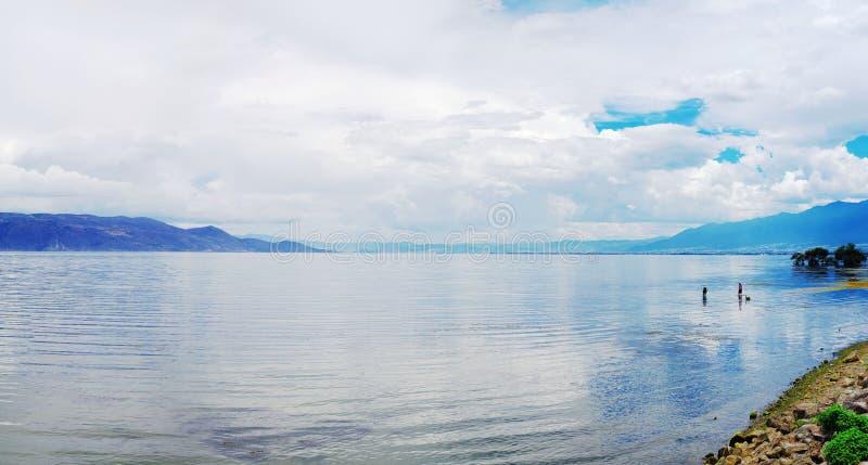 Vitt moln, blå himmel, klart vatten, erhaisjö arkivbild
