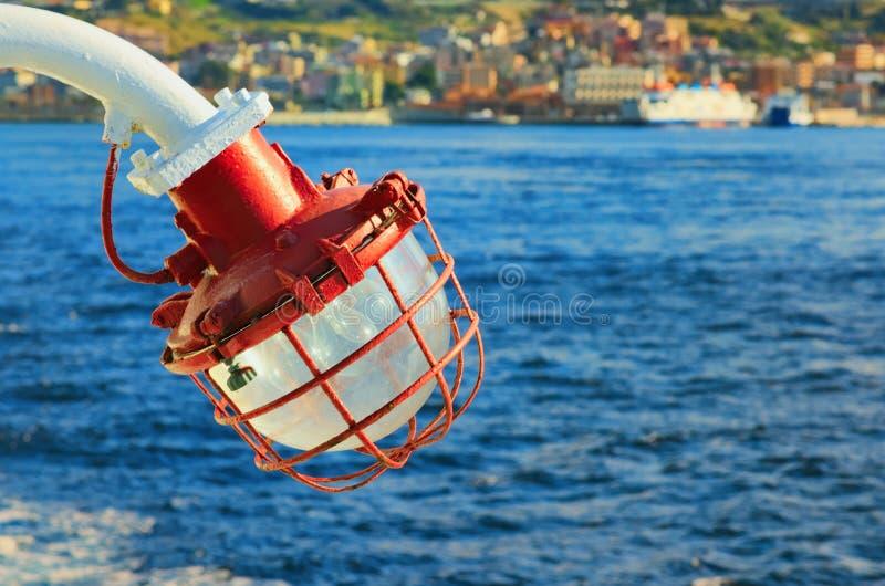 Vitt navigeringljus för fartyg/för skepp Bakgrund är suddig royaltyfri bild
