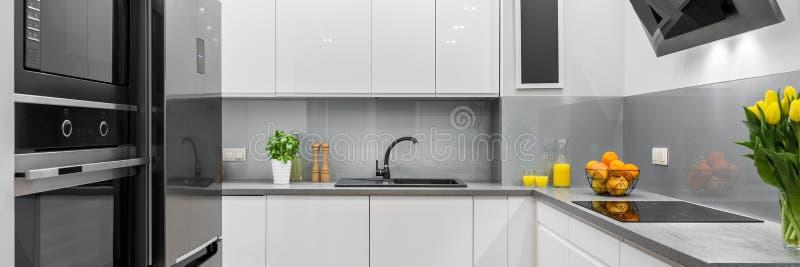 Vitt nytt kök arkivfoto