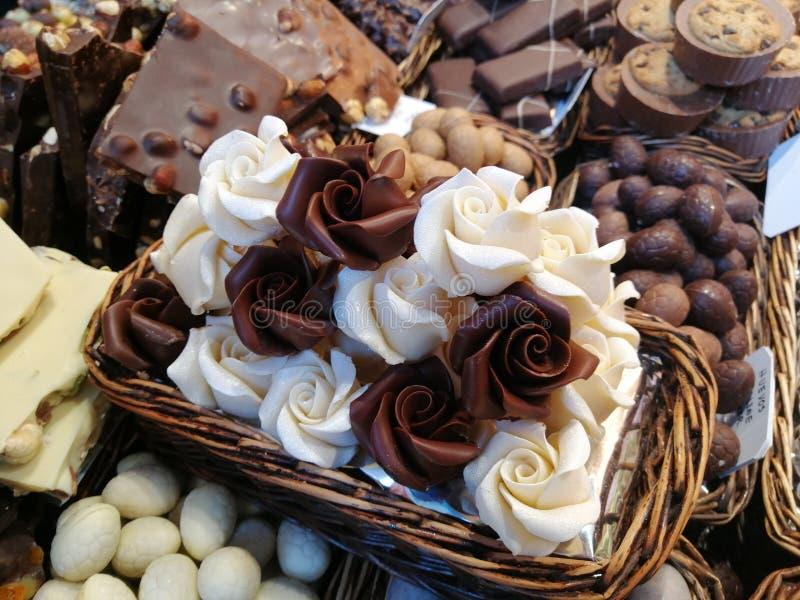 Vitt och att mjölka choklad i en marknad i Barcelona i Spanien arkivfoton