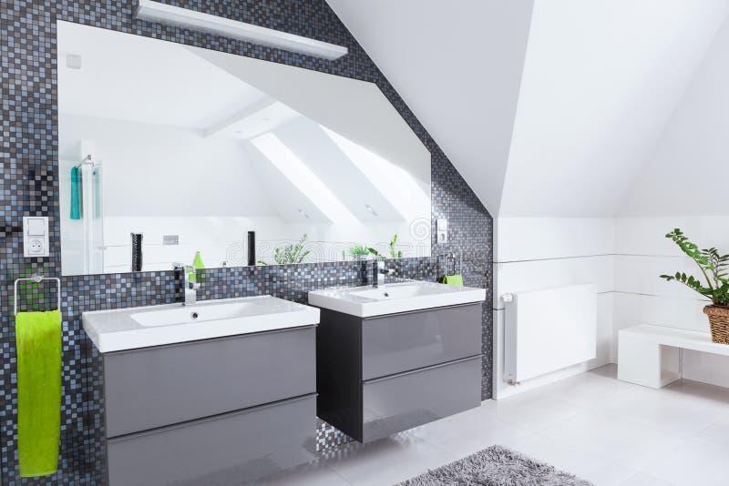 Vitt och grått badrum arkivfoto