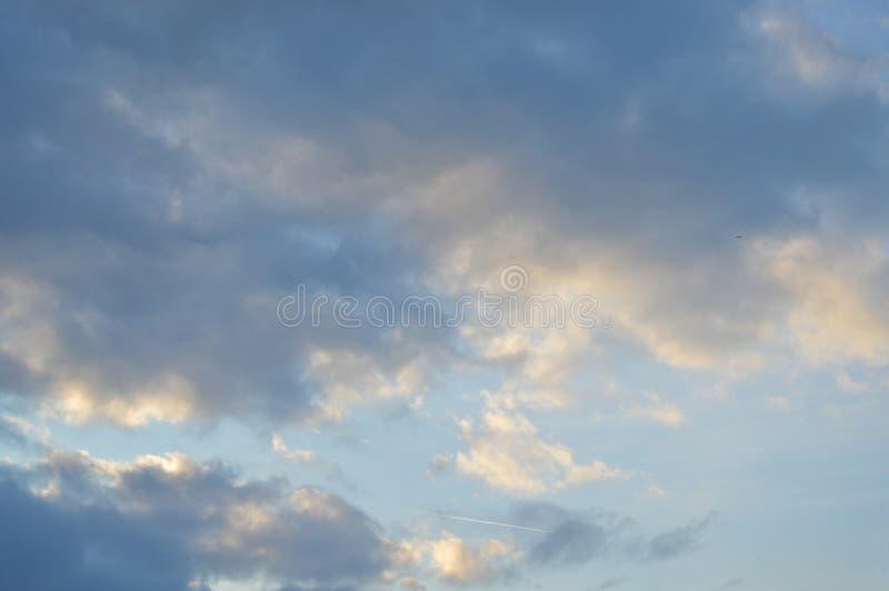 Vitt och grått moln ett dystert väder Sommar stratosfär arkivbilder