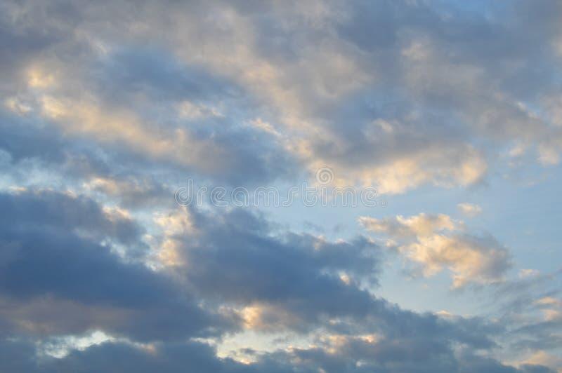 Vitt och grått moln ett dystert väder Sommar stratosfär arkivbild