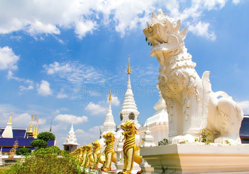 Vitt och guld- lejon som bevakar pagoden, Chiang Mai royaltyfria foton