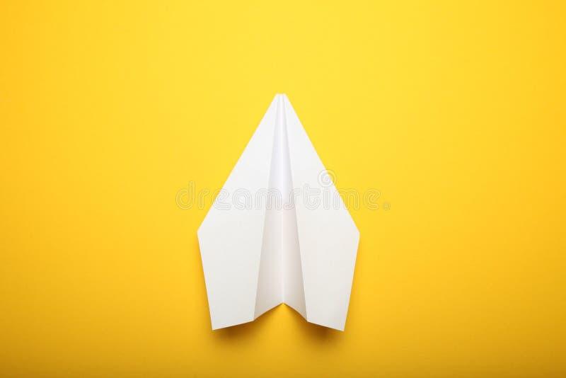 Vitt origamiflygplan, isolerad pappers- nivå royaltyfri foto