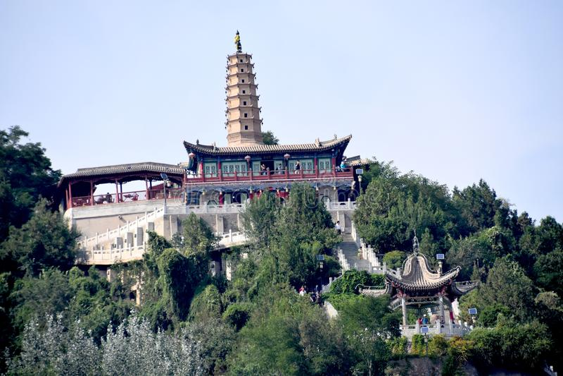 Vitt pagodberg på Lanzhou, Kina arkivbilder