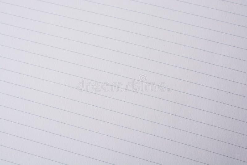 Vitt papper f?r anm?rkningsbok med linjen arkivfoton