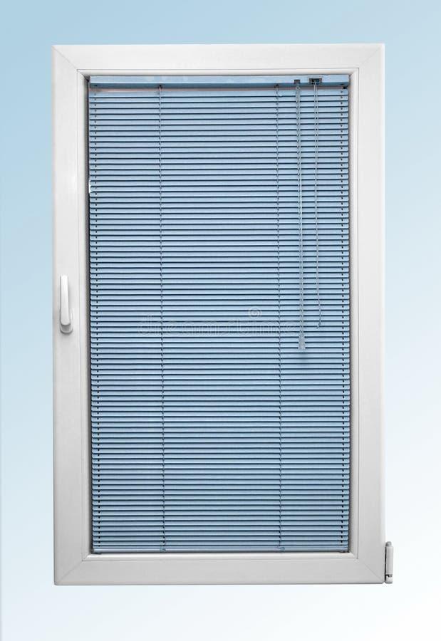 Vitt plast- fönster med slutta och två exponeringsglas och blåa färgrullgardiner royaltyfri fotografi