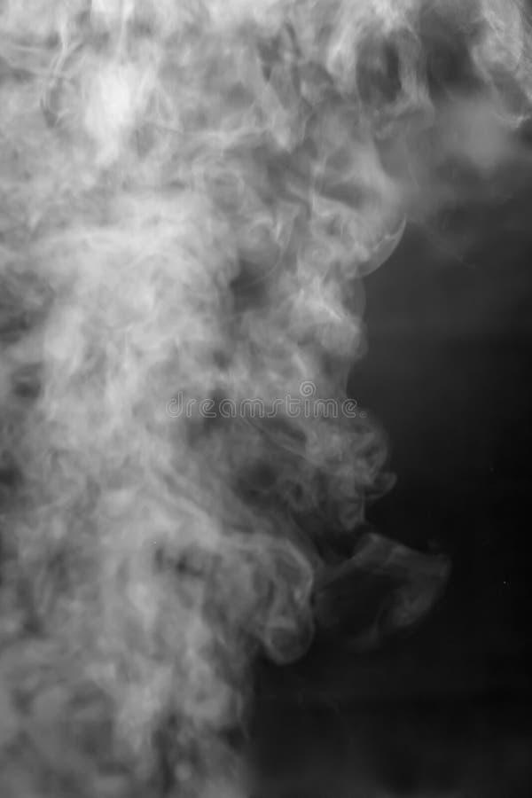 Vitt rök eller tätt ånga på svart bakgrund, textur, övertäckning arkivbilder