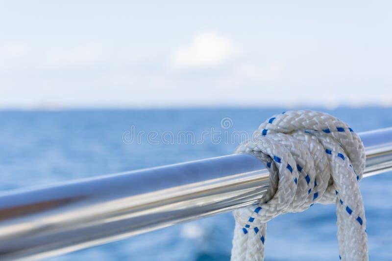 Vitt rep p? r?cket av yachtfartyget arkivfoton