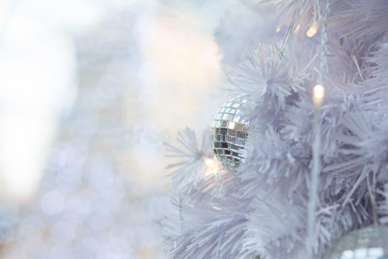 Vitt sörja julbollbakgrund fotografering för bildbyråer