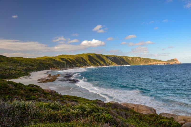 Vitt sand- och turkosvatten kommer med många turister till den västra stranden i Esperance, södra västra Australien, Australien arkivfoto