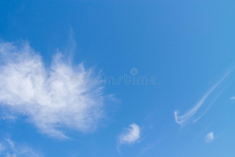 Vitt stort fluffigt rundat moln på ljus blå himmel arkivbilder