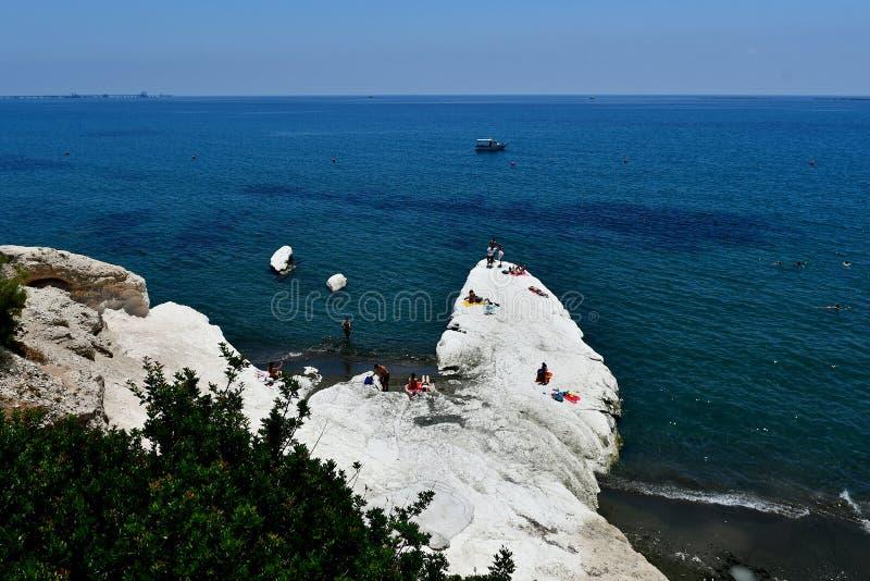 Vitt stort vaggar exisit på den Governos stranden i Cypern royaltyfri bild