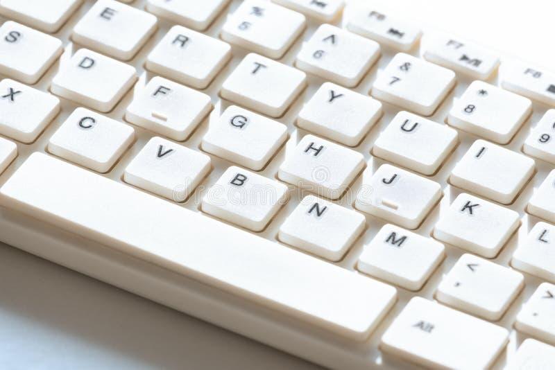 Vitt tangentbord för dator Närbild Bakgrund för design på ämnet av informationsteknik arkivbilder