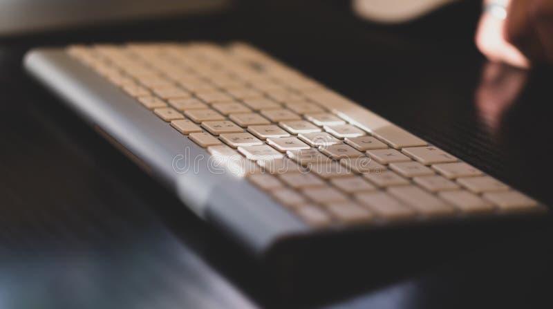 Vitt tangentbord för trådlöst aluminium arkivfoto