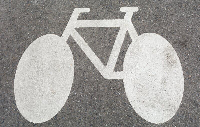 Vitt tecken för cykel, på betong royaltyfri foto