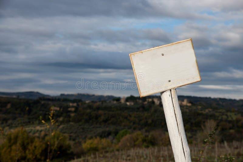 Vitt tecken på träpol fotografering för bildbyråer