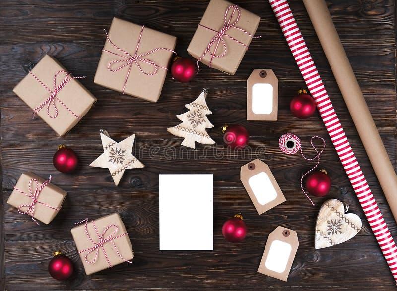 Vitt tomt ark med julgåvor på den bästa sikten för träbakgrund, lekmanna- lägenhet Julgåvalista, santa bokstavsbegrepp, tex arkivbild