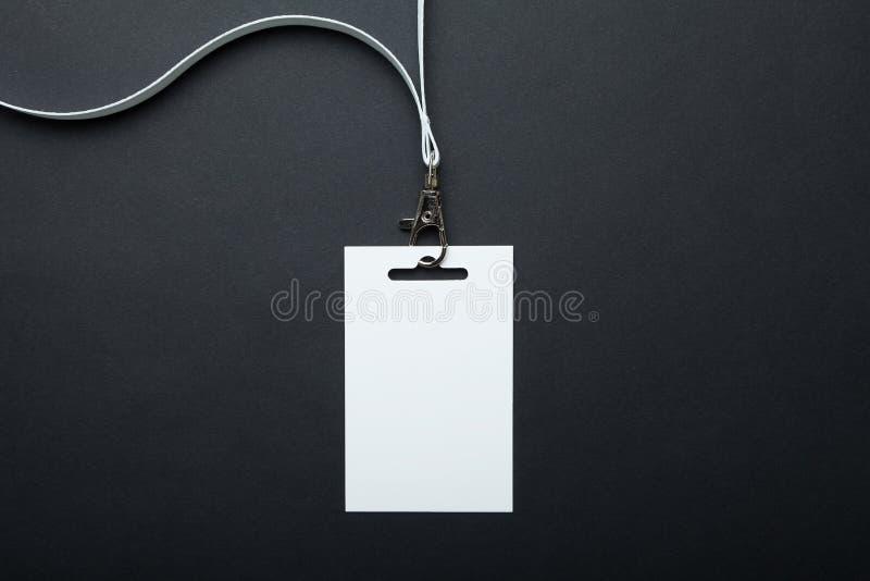 Vitt tomt kort för emblemmodell/ID, isolerad ställning Personidentitetsetikett taljerepdesign royaltyfria foton