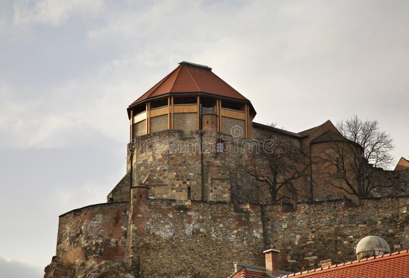 Vitt torn av den kungliga slotten i Esztergom hungary royaltyfri bild