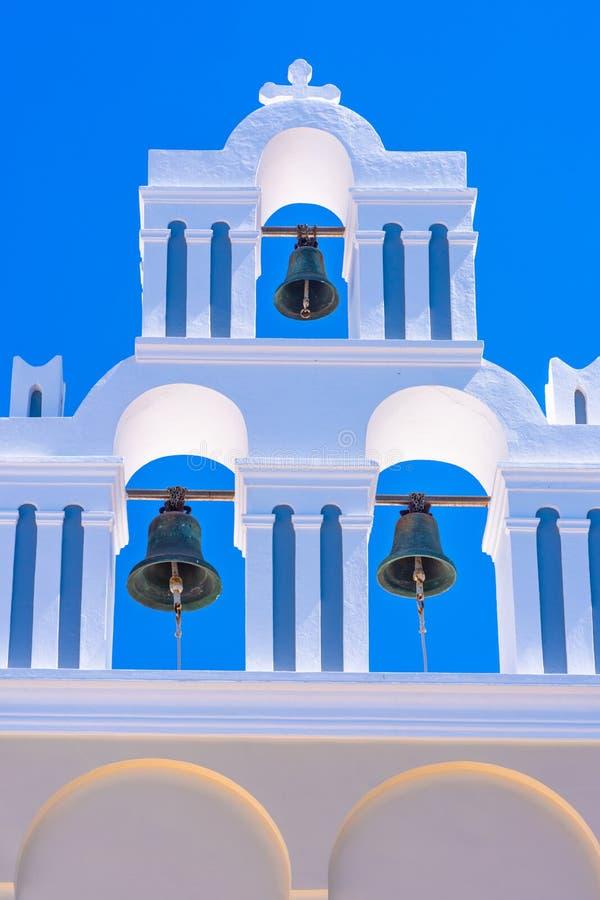 Vitt torn för kyrklig klocka mot blå himmel i Santorini royaltyfri foto