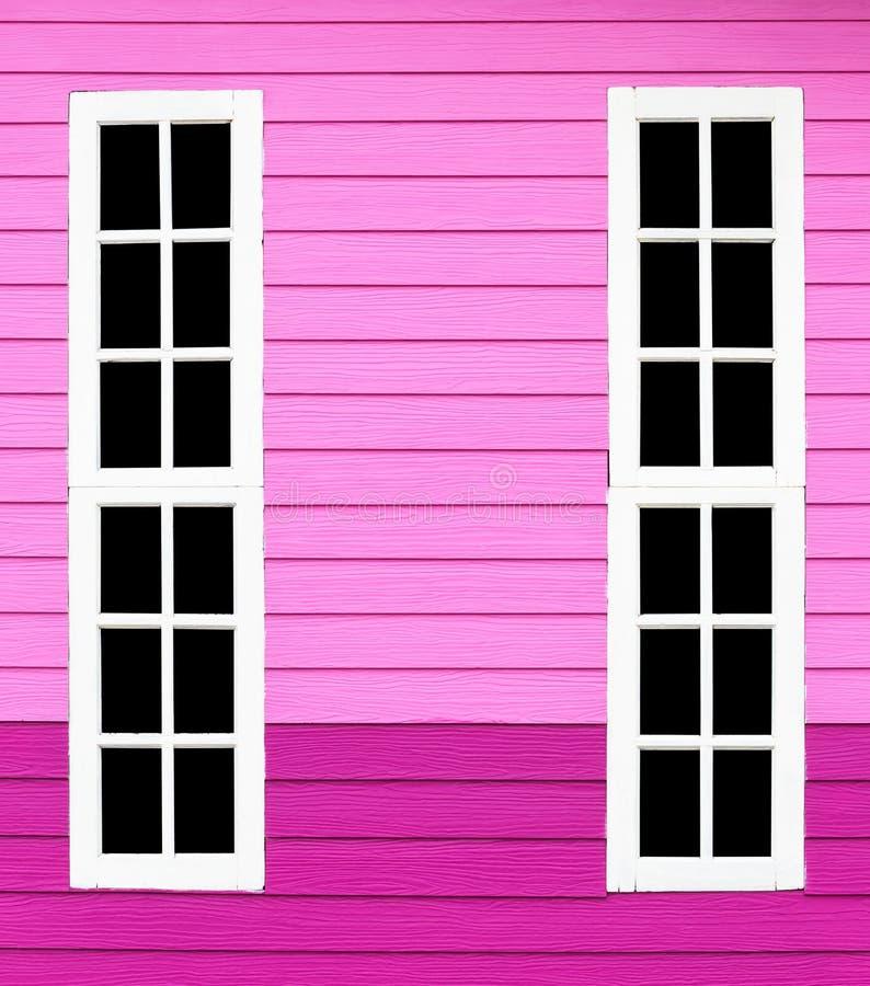 Vitt trä för långt fönster i den rosa väggen royaltyfri foto