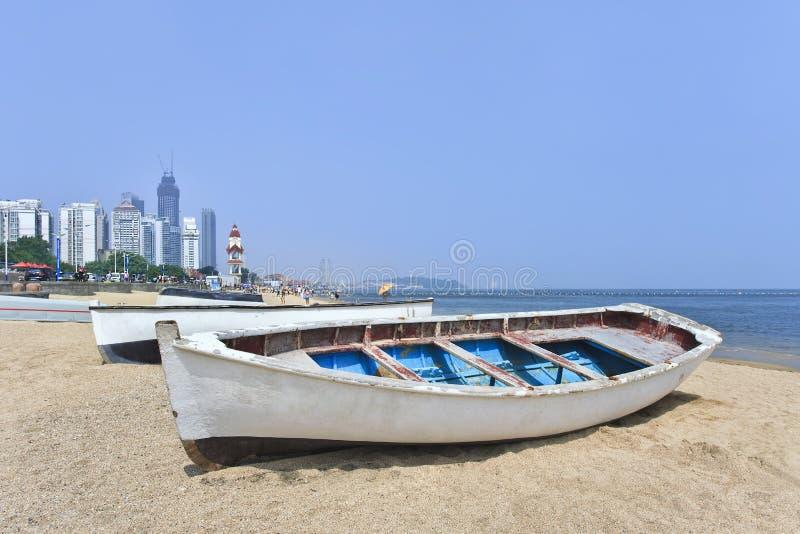 Vitt träradfartyg på en strand, Yantai, Kina arkivbild