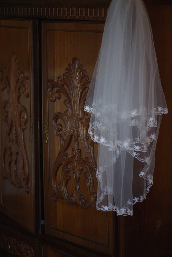 Vitt tyllbröllop skyler med nätta detaljerade broderade blommor runt om den främre kanten arkivbild