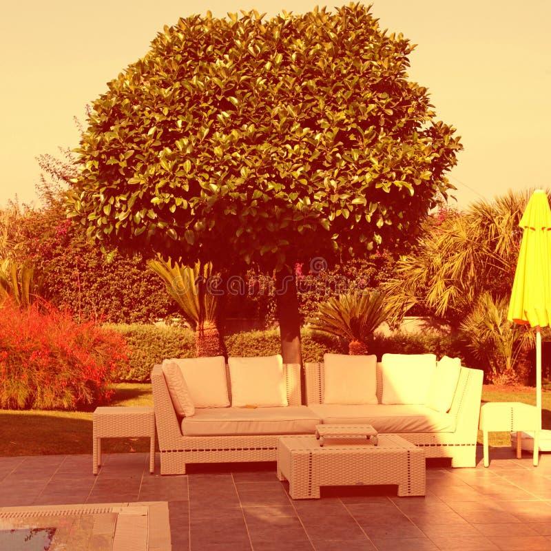 Vitt utomhus- möblemang i trädgården royaltyfri fotografi
