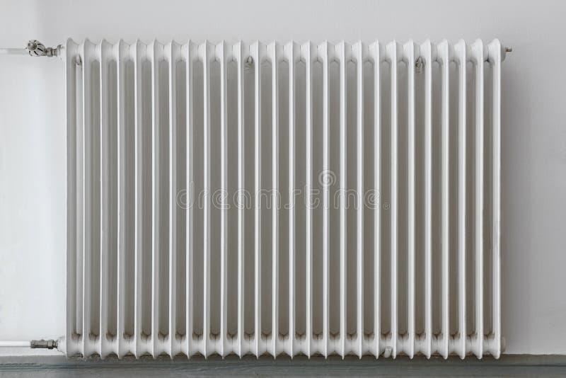 Vitt värmeapparatelement på en vägg Utrustning för hem- anordning arkivbild