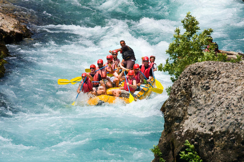 Vitt vatten som rafting på forsarna av floden Manavgat royaltyfri foto