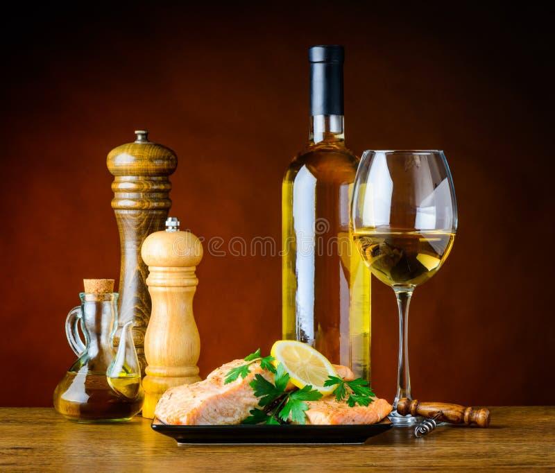 Vitt vin med den lagade mat fisken och kryddor royaltyfria foton