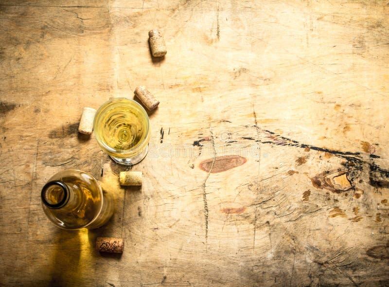 Vitt vin med en korkskruv och proppar fotografering för bildbyråer