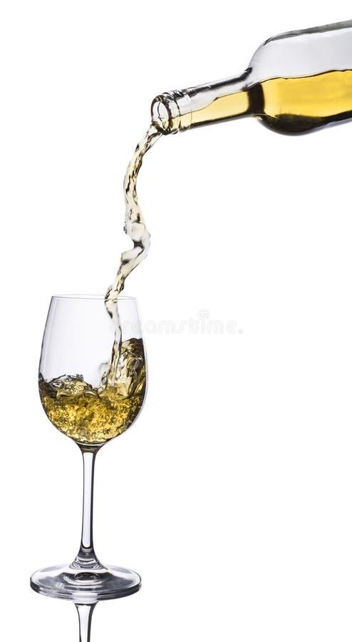 Vitt vin som häller in i exponeringsglas från flaskan royaltyfria foton
