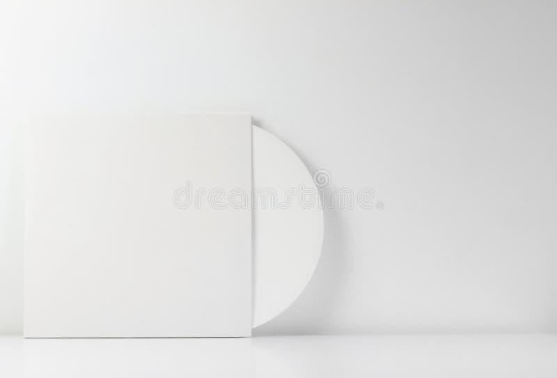 Vitt vinylrekord, i dess vita ask, med tomt utrymme som ska skrivas Med vit bakgrund Minimalist foto arkivfoton